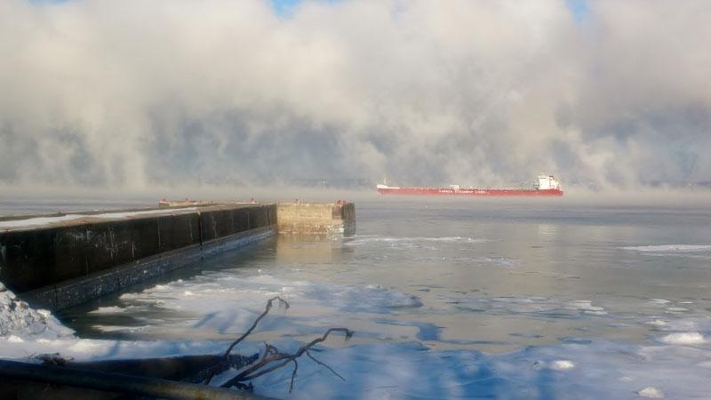 photo-fleuve-saint-laurent-bateau-dans-la-brume